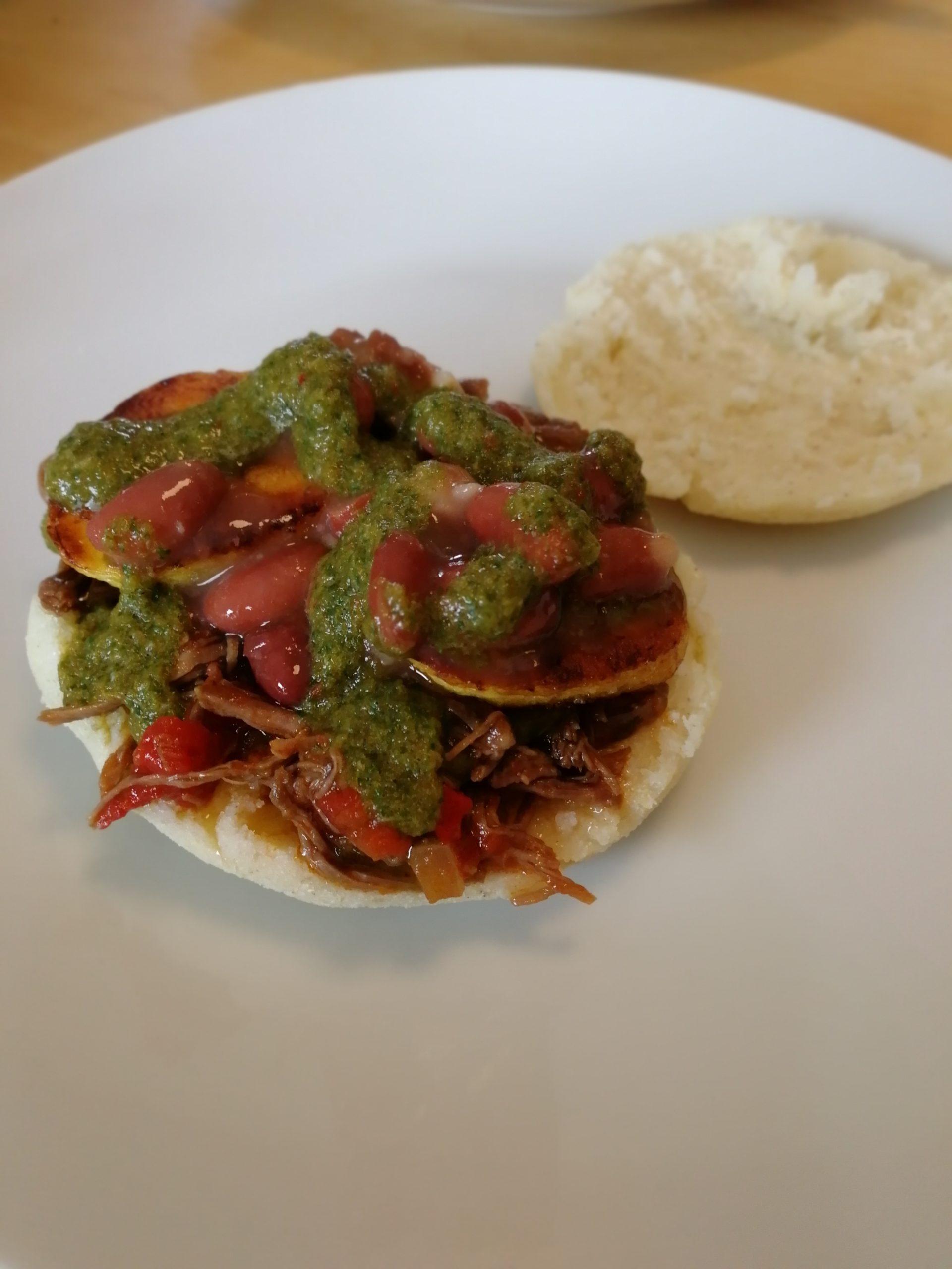 Les Arepas, délicieux petits pains sans gluten et leur accompagnement au poulet et à l'avocat